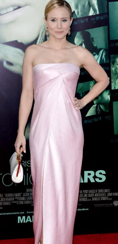 Kristen Bell porte une robe du soir rose sur le tapis rouge