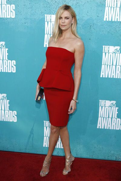 Charlize Theron en robe bustier rouge aux MTV Movie Awards 2012