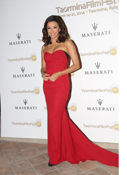 Eva Longoria en robe bustier rouge au festival du film à Taormina