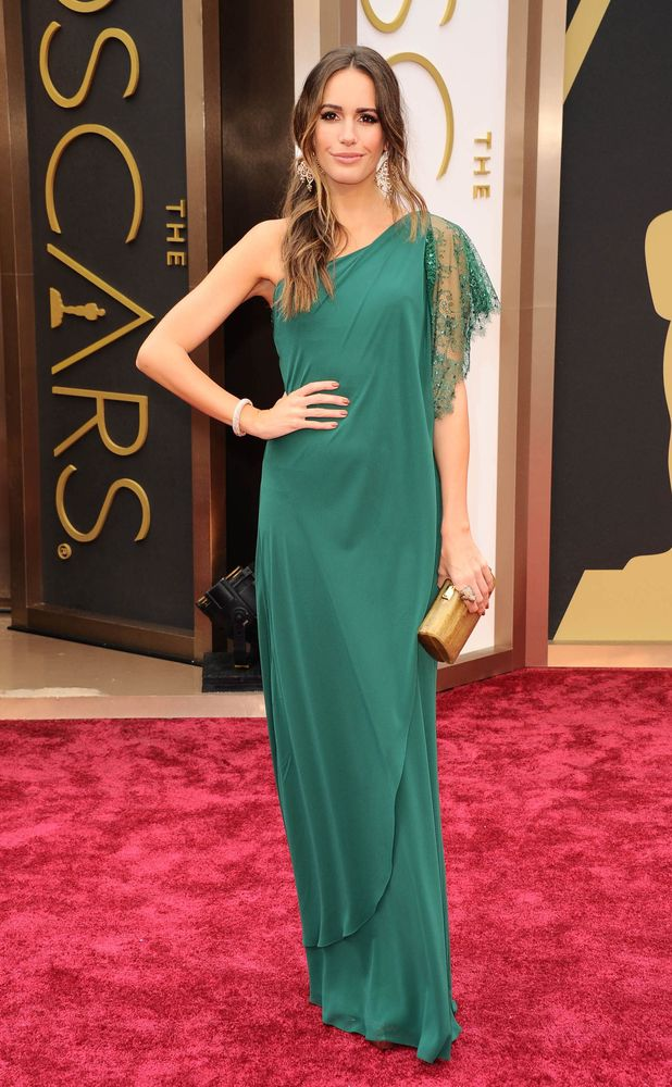 Louise Roe porte une robe verte sur le tapis rouge d'Oscar 2014