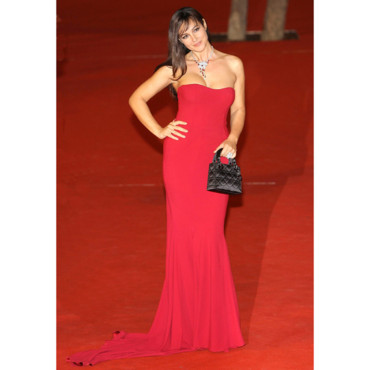 "Monica Bellucci en robe bustier rouge à Rome pour le film ""Napoleon and me"""