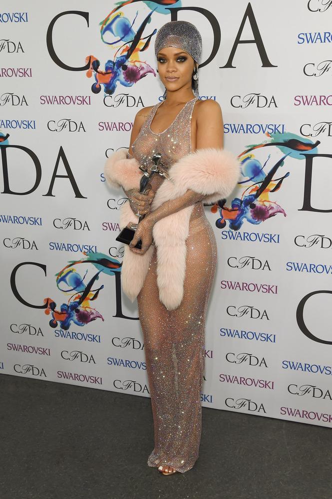 Rihanna en robe transparente comme star des CFDA Fashion Awards 2014