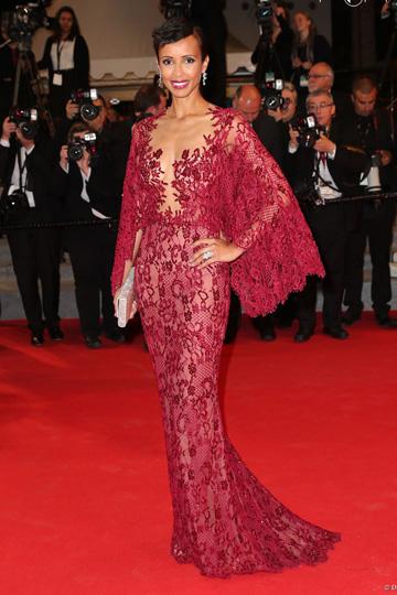 Sonia Rolland en robe dentelle rouge