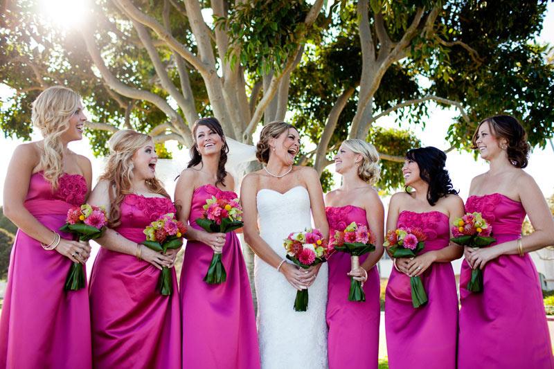 robes-demoiselles-d-honneur-fuchsia-longues-avec-bouquets-accordance