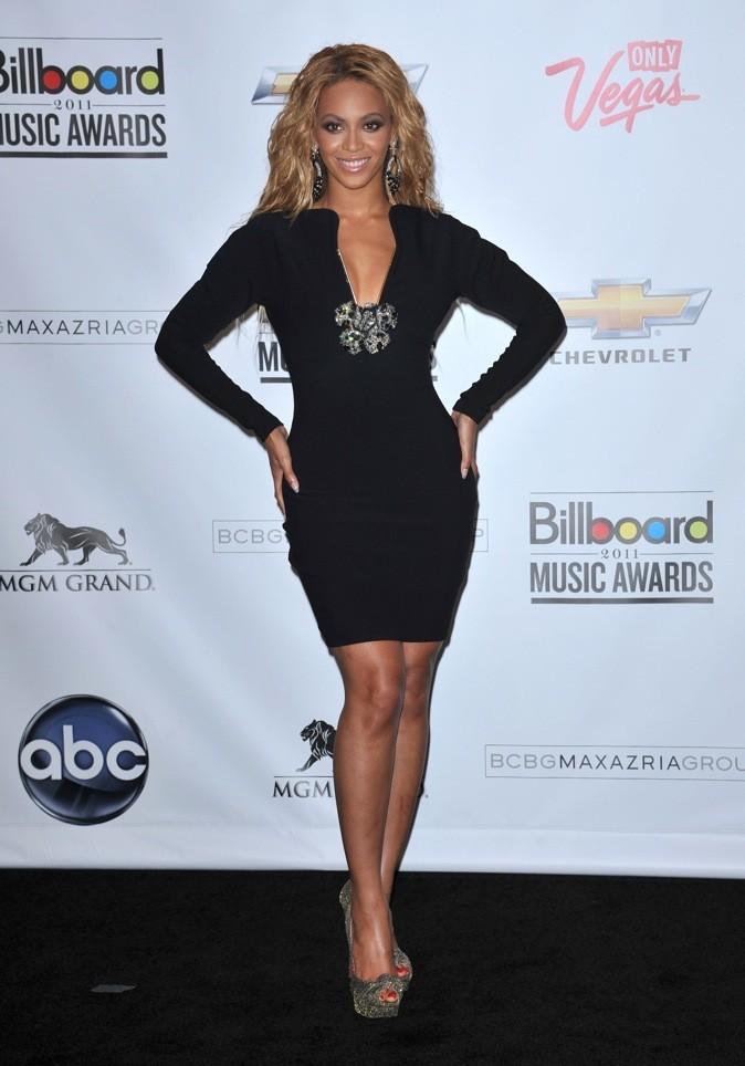 Beyoncé dans sa petite robe noire v plongeant lors cérémonie des Billboards Music Awards 2011