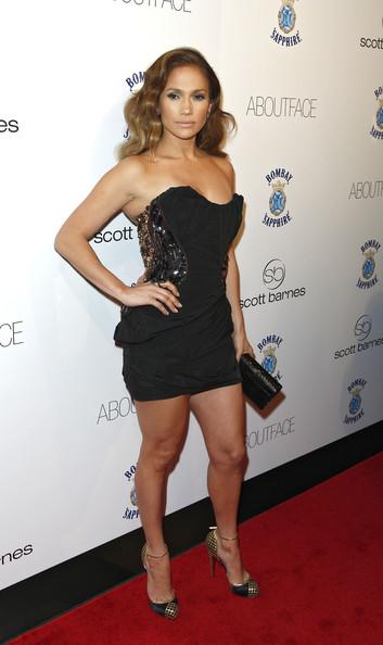 Jennifer Lopez en robe bustier noire courte signée Louis Vuitton