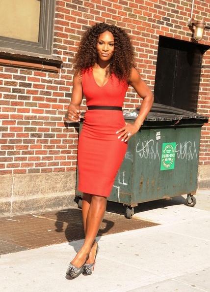Serena Williams dans robe fourreau rouge courte genoux ceinturée en noir