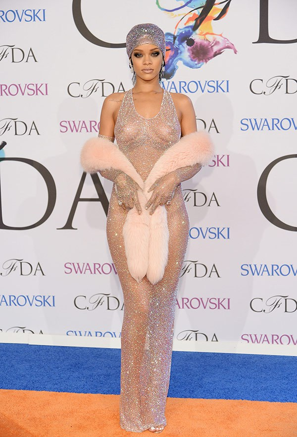 Rihanna en robe transparente lors de CFDA Fashion Awards 2014