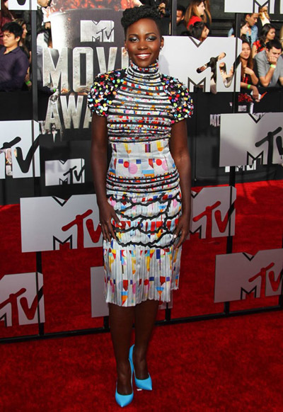 Lupita Nyong'o en robe habillée ultra colorée Chanel sur le tapis rouge des MTV MOVIE AWARDS 2014