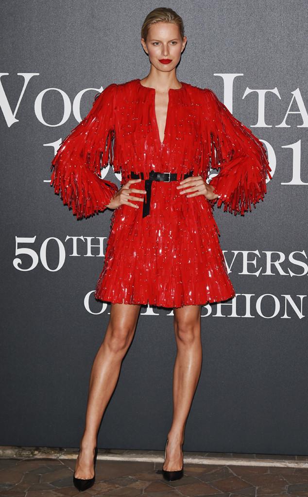 Karolina Kurkova porte une robe  à frange rouge étincelante