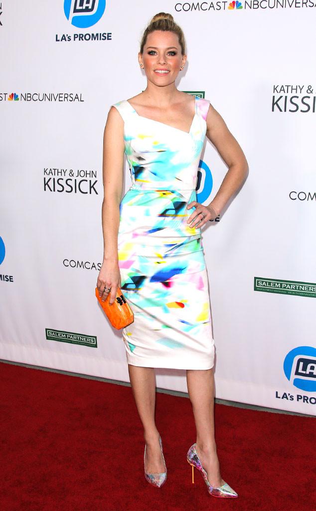 Elizabeth Banks et sa robe blanche et colorée