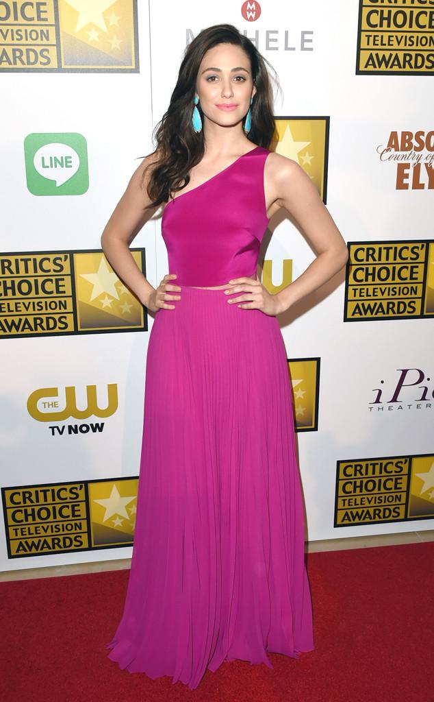 Emmy Rossum en robe fuchsia à bustier asymétrique