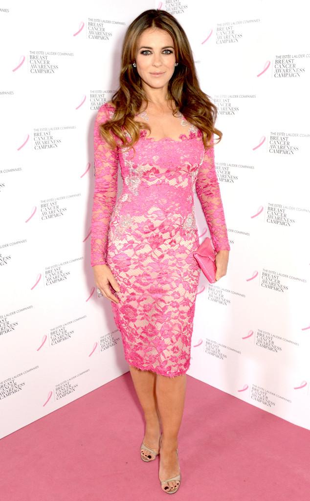 Elizabeth Hurley sublime en robe rose dentelle pour assister à sensibilisation du cancer du sein