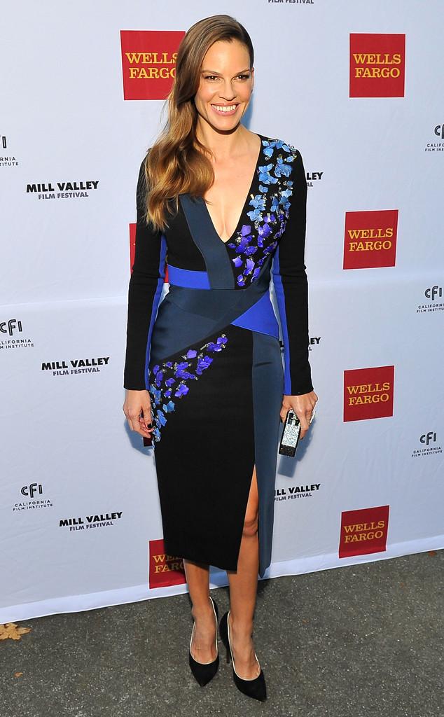 Hilary Swank portait une robe de cocktail bleue et noire