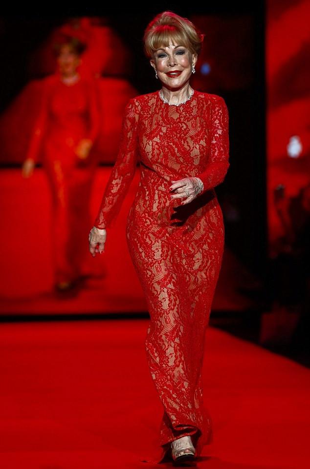 Actrice Barbara Eden en rouge_