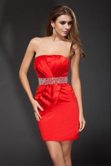 Robe rouge bustier plissée courte ornée de strass