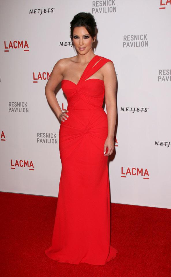 kim-kardashian-en-rouge-sur-le-tapis-rouge