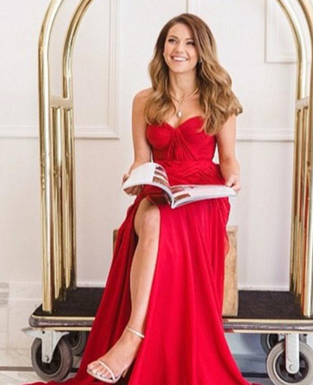 porter une robe rouge et regardez devant le miroir