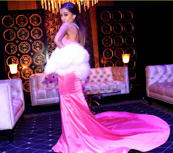 Ariana-Grande-en-robe-bustier-rose-avec-longue-traîne