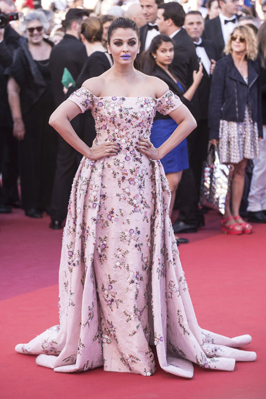 Aishwarya-Raidans-robe-rose-fleurs-Cannes-Film-Festival-2016