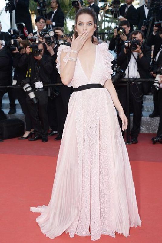 Barbara Palvin en robe rose longue Julieta première Cannes 2016
