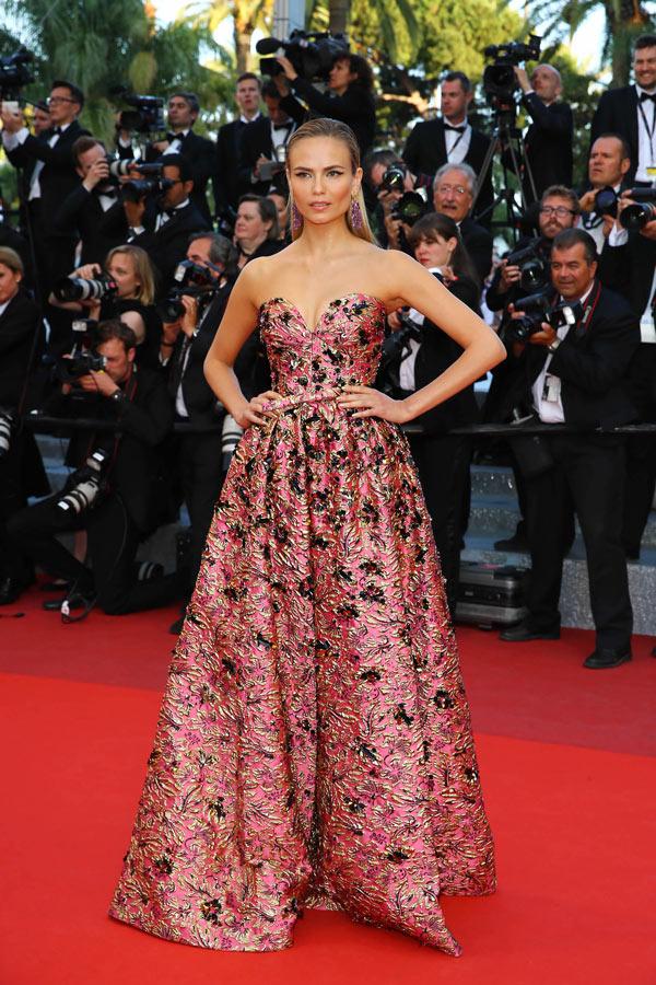 Natasha-Poly-dans-robe-rose-fleurs-Cannes-Film-Festival-2016