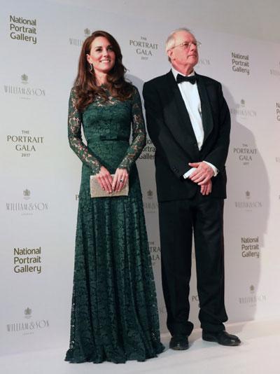 Duchesse de Cambridge en une élégante robe de gala verte dentelle avec manche longue