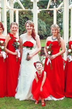 La robe demoiselle d'honneur rouge : Une tenue luxueuse et empreinte de solennité