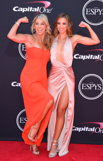 2017 ESPY Awards, robe de soirée fendue rose et robe rouge bustier