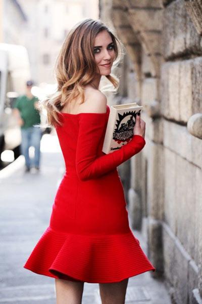 Robe rouge courte fourreau épaule dénudée