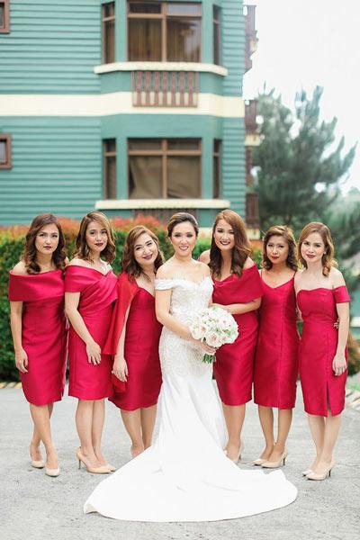 Robes rouge courtes demoiselles d'honneur à épaule dénudée
