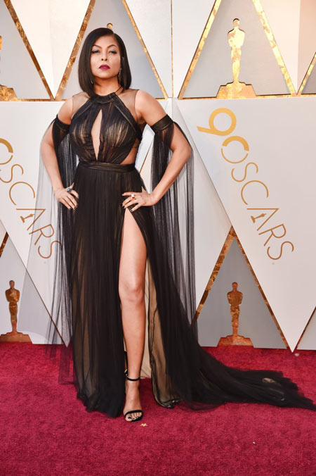 Taraji P Henson en sexy robe de soirée noire découpé avec fente latérale