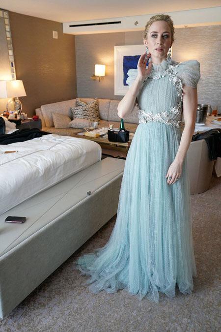 Emily Blunt en une robe de soirée bleu pale en tulle col montant Oscars 2018