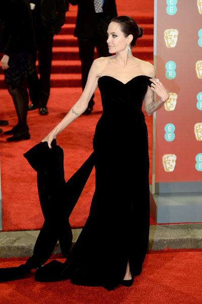 Angelina Jolie en une robe de soirée fourreau noire bustier en forme de feuille
