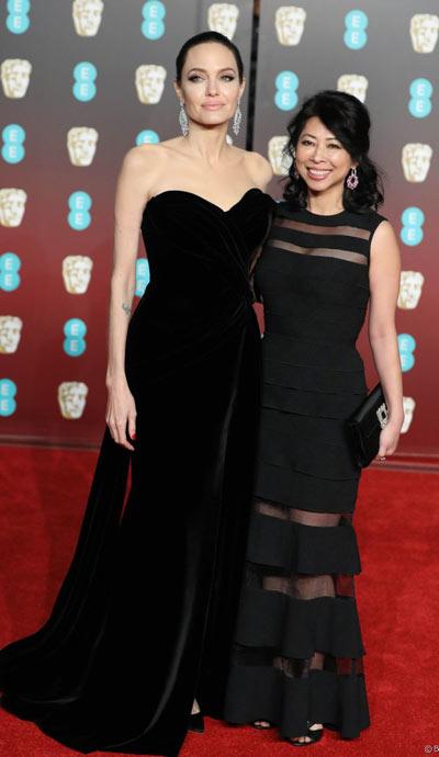 Angelina Jolie et Loung Ung en robe de gala noire