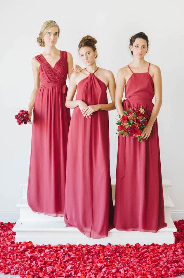 robes rouges longues avec plis pour demoiselles d'honneur