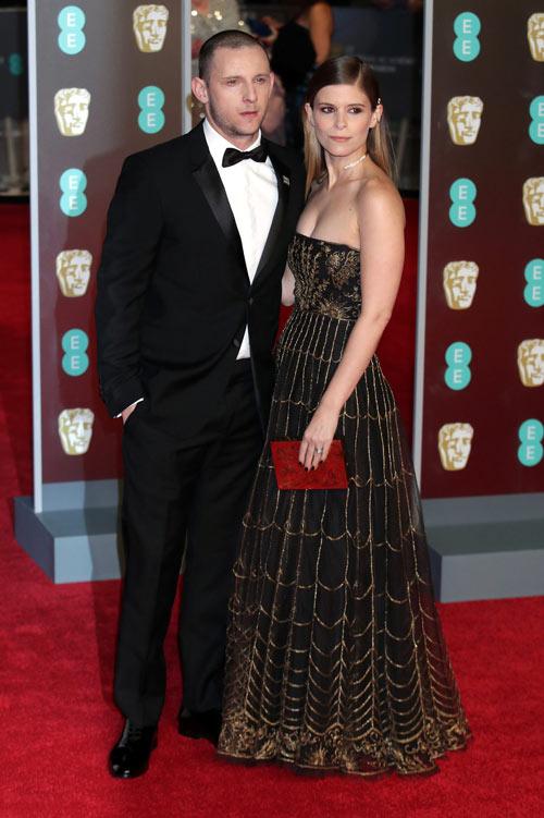 Kate Mara en une robe de soirée longue noire bustier