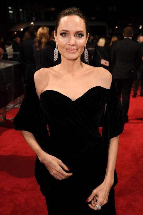 Angelina Jolie en une robe noire