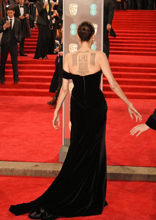 simple robe noire longue dos nu Angelina Jolie au BAFTA 2018