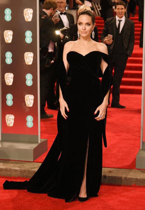 Angelina Jolie portait une robe de soirée élégante longue bustier coeur