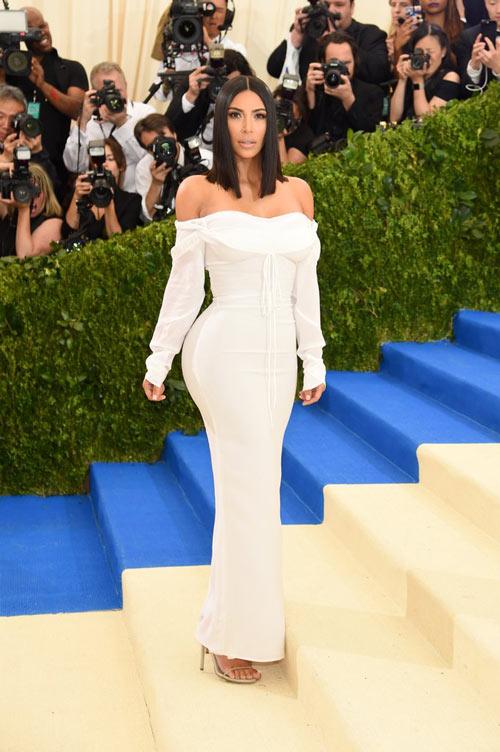 Kim Kardashian en une robe lanche épaule dénudée à manche longue Gala Met 2017