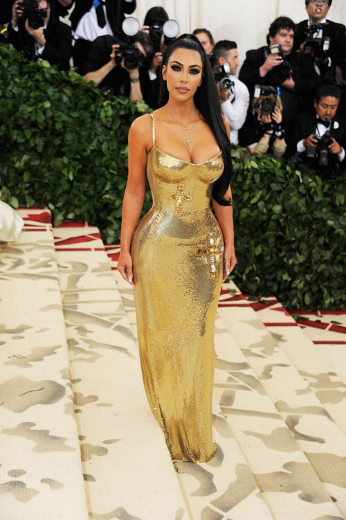 robe de soirée dorée fourreau avec bretelle fine Kim Kardashian