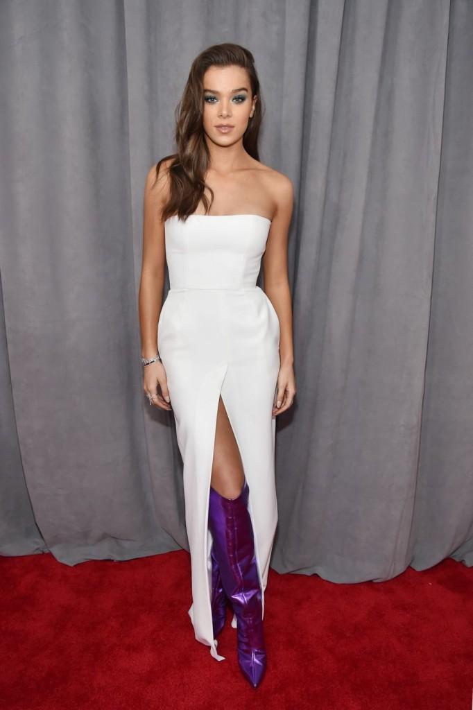robe de soirée blanche bustier droit avec fente frontale Hailee Steinfeld