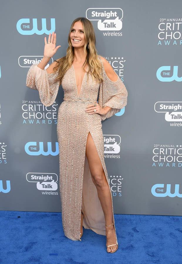 Heidi Klum en robe sexy couleur nude à manche longue sexy