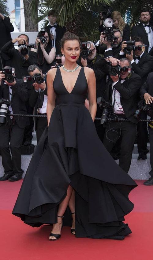 robe de soirée courte devant longue derrière col en V Irina Shayk