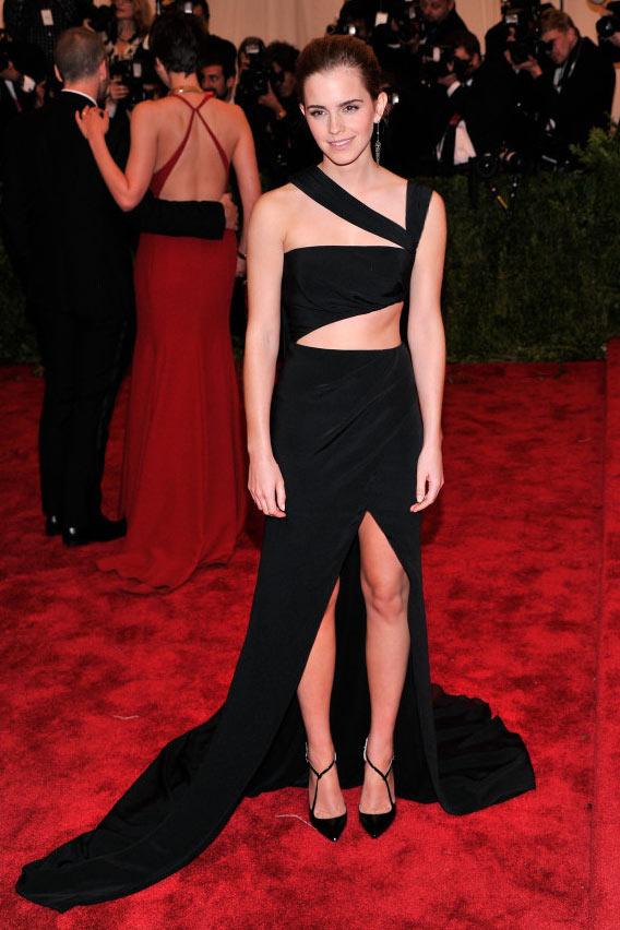 robe de soirée noire sexy asymétrique fendue Emma Watson