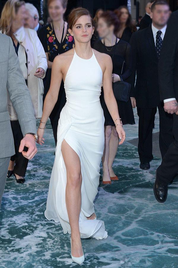 Emma Watson en robe sexy blanche de soirée col américain avec fente latérale