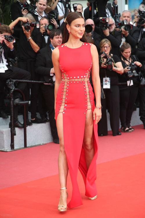 Irina Shayk en robe de soirée rouge longue découpé
