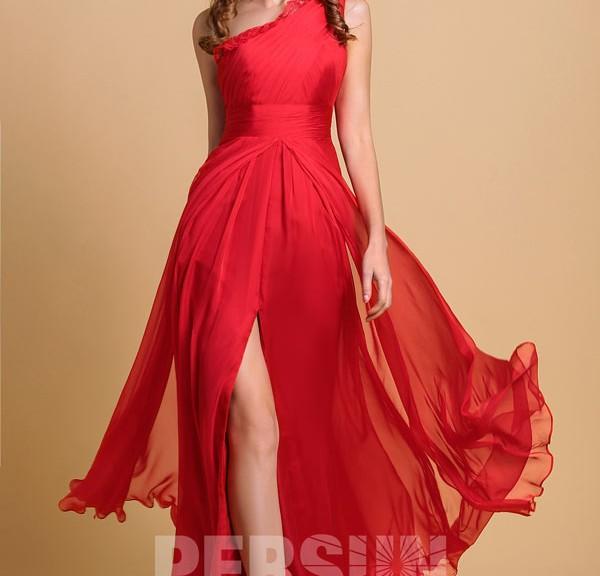 robe de soirée rouge longue asymétrique avec fente