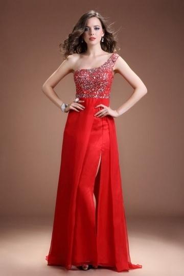 robe de soirée rouge asymétrique fendue à haut orné de strass